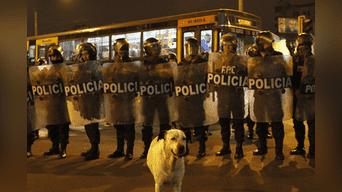 Gran cantidad de policías resguardó la manifestación. Foto: Jorge Cerdan.