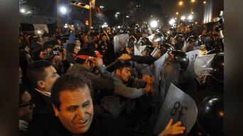 Enfrentamiento entre manifestantes y la Policía se desató a la altura de Parque Universitario y Abancay. Foto: Jorge Cerdan.