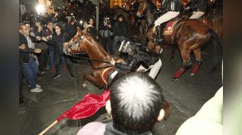 Un caballo cae en avenida Abancay a la altura del Congreso de la República. Foto: Jorge Cerdan.