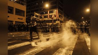 Policía tuvo que lanzar bombas lacrimógenas para diversas a los manifestantes. Foto: Hanslitt Cruzado.