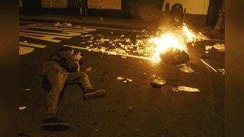 Un grupo de manifestantes encendió fuego a montículo de basura por jirón Puno. Foto: Hanslitt Cruzado.