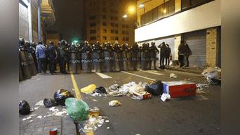 Montículos de basura regados por las calles del Centro de Lima al culminar la marcha. Foto: Hanslitt Cruzado.