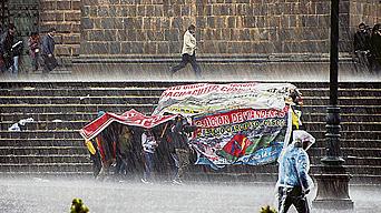 Ni la lluvia detuvo a los manifestantes en calles del Cusco.
