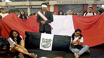 Loretanos protestaron frente a la sede judicial.
