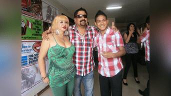 El cantante de la orquesta 'Mallanep Internacional', Marco Antonio Porras Turpo (29), aparece con Susy Díaz y el cevichero conocido como 'Mero Loco'.