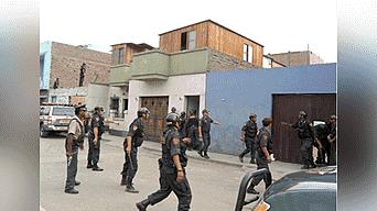 La policía realiza operativos en Lima norte en busca de los sujetos que desvalijaron la casa del ingeniero Luis Alberto Gálvez Mori.