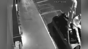 El dueño de dos pitbull soltó a sus perros sin bozal y los canes atacaron a un grupo de personas que tuvieron que usar un curioso truco para evitar ser mordidos. Video impactó a todos en Facebook. Foto: Captura
