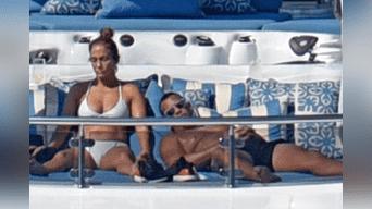 La Diva del Bronx se lució en un diminuto bikini blanco que dejó al descubierto su increíble figura. (Captura Telemundo)