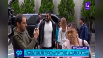 El protagonista de 'Fatmagul' fue recibido por los trabajadores de Latina. Entre ellos se encontraba la periodista María Teresa Braschi.