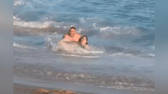 Vivió para contarlo. Una señora se llevóla vergüenza de su vida al protagonizar las peores caídas mortales en la playa. Aquí te mostramos el gracioso video encontrado en Facebook.Foto: Captura