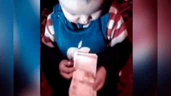 Un talentoso niño sorprende con su habilidad para contar billetes. Foto: Facebook.