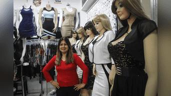 """La señora Alejandra de la tienda"""" D Alejandra Fashion"""", pide mas orden y que no se detenga el reordenamiento. Foto: Hanslitt Cruzado"""