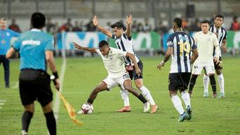 Maximiliano Lemos disputando una pelota con Emanuel Paucar.