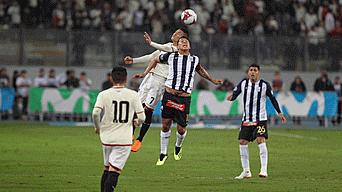 Peleado. Rinaldo Cruzado y Daniel Chávez disputando un balón aéreo en el centro del campo.