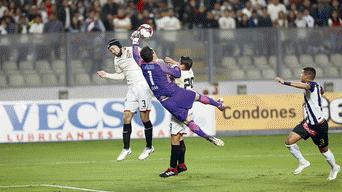 Leao Butrón le saca una pelota de gol a Werner Schuller.