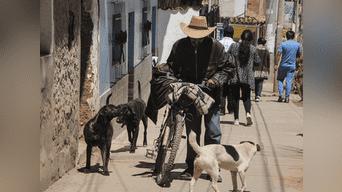 David es un hombre dedicado a la compra, venta y refacción de libros usados y vive en una habitación de 2 x 3 metros donde alberga una desordenada biblioteca de más de 600 libros, estos textos los vende en las puertas de la Universidad Nacional de San Antonio Abad de Cusco (Unsaac). Foto: Melissa Valdivia