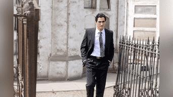 """La historia se basa en el libro del ex Procurador Anticorrupción José Ugaz, """"Caiga quien caiga"""", nombre de la cinta nacional que narra la historia de la caída y captura de uno de los personajes más oscuros de nuestra historia reciente, Vladimiro Montesinos, ex espía y asesor de inteligencia del régimen de Alberto Fujimori."""