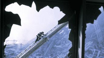 Bombero trabaja entre los escombros de una de las Torres Gemelas del World Trade Center.