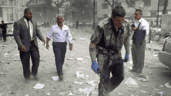 Personal de rescate intenta recuperar los cuerpos de las víctimas y heridos.