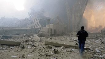 Un hombre camina entre los escombros del complejo.