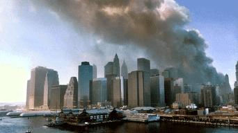 Imagen captada desde el puente de Brooklin luego de que dos aviones comerciales impactaran contra los edificios.