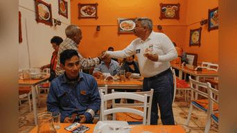 Alberto Beingolea hablo con algunos jóvenes en los diferentes establecimientos que visito. También se sometió a un corte de pelo y por ultimo probo algunos platos típicos tradicionales del Rímac. Foto: Jorge Cerdan.