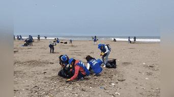 Jóvenes limpian playas de Lima.