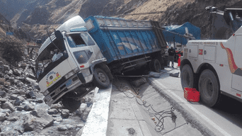 Camión deja esparcido naranjas en accidente de transito.