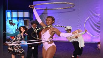 Reymis Cardona y su habilidad para girar aros con su curvilínea humanidad. Fotografía: Melissa Merino.