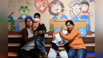 Jackdiel (3) y Naason (13) con sus mamás en el INEN. Aún continúan su tratamiento. Fotografía: Melissa Merino.