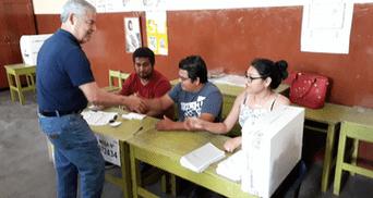 César Villanueva votó en Tarapoto.