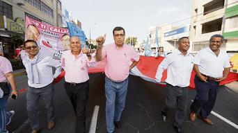 Líder. Mandriotti y dirigentes de Por Ti Callao en una marcha contra la corrupción, antes de que se ordenara su captura.
