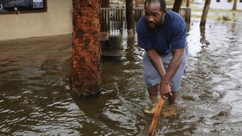Un hombre camina por las calles inundadas de Panamá City.