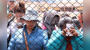 """Mujeres privadas de su libertad reciben al """"Taytacha"""", entre oraciones y arrepentimiento.  Foto: Walter Zapana."""