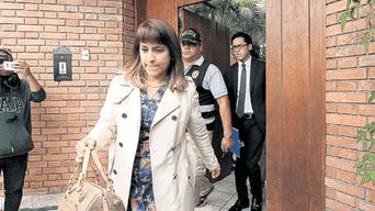 Diligencia. La fiscal Mónica Soto abandona la casa de Jaime Yoshiyama, en La Molina, tras concluir el allanamiento.