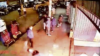 Huamán escapa por el jirón Italia frente a un grupo de sorprendidas personas.