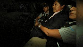 Edwin Oviedo abandona su vivienda en vehículo custodiado de policías. Foto: Renato Pajuelo.