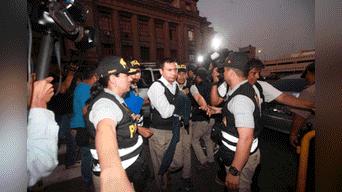 Javier Pietro quien se entregó en horas de la tarde a la Fiscalia llega al edificio Zavala. Foto: Jhonel Rodriguez.