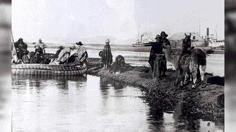 Puerto muelle viajeros en balsa de totora