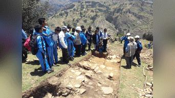 Arqueólogos de Yachay Runa en pleno trabajo de orientación a los alumnos de Huánuco. Foto: Arkeodron de las aéreas