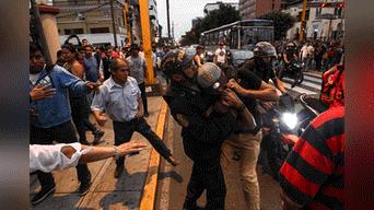 Ambos grupos se lanzaron insultos en un primer inicio, luego pasaron a los golpes. Cabe recalcar ,que el plantón de ciudadanos venezolanos se realizó debido a que Nicolás Maduro asumió por segunda vez el mandato del país de Venezuela. Foto: Aldair Mejia