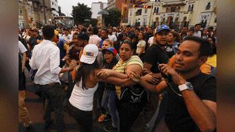 Ambos grupos se lanzaron insultos en un primer inicio, luego pasaron a los golpes. Cabe recalcar ,que el plantón de ciudadanos venezolanos se realizó debido a que Nicolás Maduro asumió por segunda vez el mandato del país de Venezuela. Foto: Jorge Cerdan