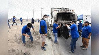 Decenas de trabajadores contratados por la nueva gestión de VMT recorre hoy la zona de Nueva Esperanza. Foto: Melissa Merino