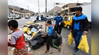 Trabajadores  de VMT recorren hoy la zona de Nueva Esperanza. Foto: Melissa Merino