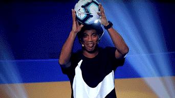b81f72f8a26bd Copa América Brasil 2019  Ronaldinho presentó el balón oficial del certamen