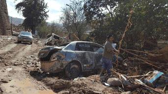 Varios vehículos quedaron sepultados bajo el lodo