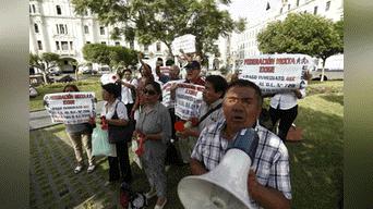 Trabajadores de Essalud realizaron un plantón en la plaza San Martín. Foto: Aldair Mejía