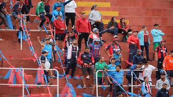 VISITANTES. Hinchas de San Lorenzo llegaron también para apoyar a su equipo.