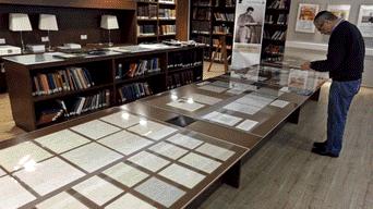La Universidad Hebrea, de la que Einstein fue uno de los padres fundadores y que posee uno de los fondos más importantes del mundo sobre él, presentó una parte de las 110 páginas que recibió hace dos semanas, después de habérselas comprado a un coleccionista de Estados Unidos.