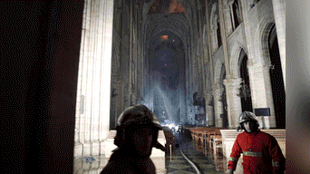 Notre Dame consiguió escapar indemne a las dos guerras mundiales, pero un incendio de dos horas la redujo a cenizas su interior. Foto: Efe
